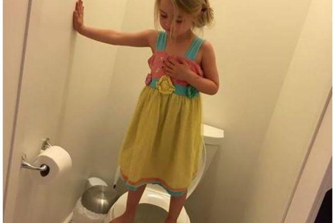 Dieses Mädchen balanciert auf dem Klo – und der Grund dafür ist einfach zum Heulen