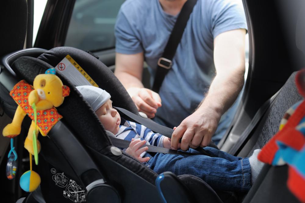 Deshalb sollten Babies nie lang im Kindersitz schlafen