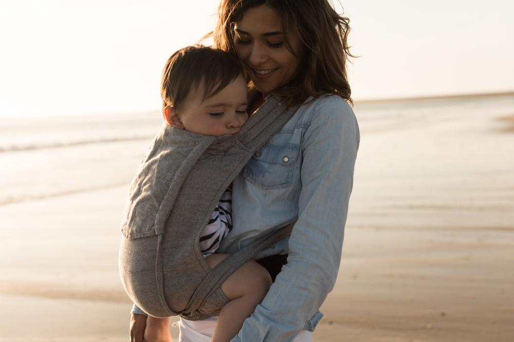 7 Vorteile, die das Tragen von Babies mit sich bringt