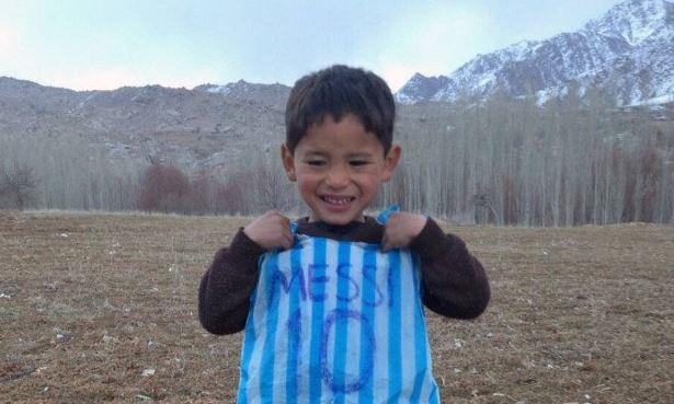 Ein kleiner Junge, eine Plastiktüte und eine außergewöhnliche Geschichte