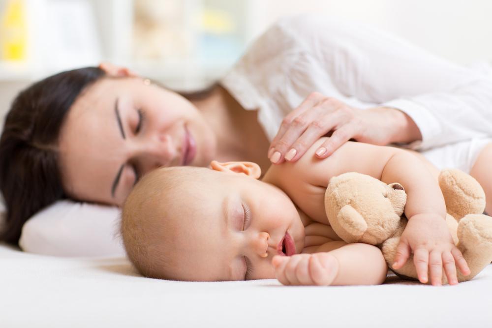 Deshalb sollte dein Kind bei dir im Bett schlafen