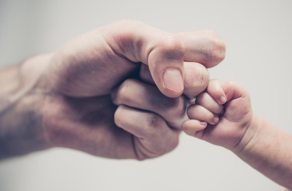 Deshalb schaut dein Baby anfangs dem Papa ähnlich