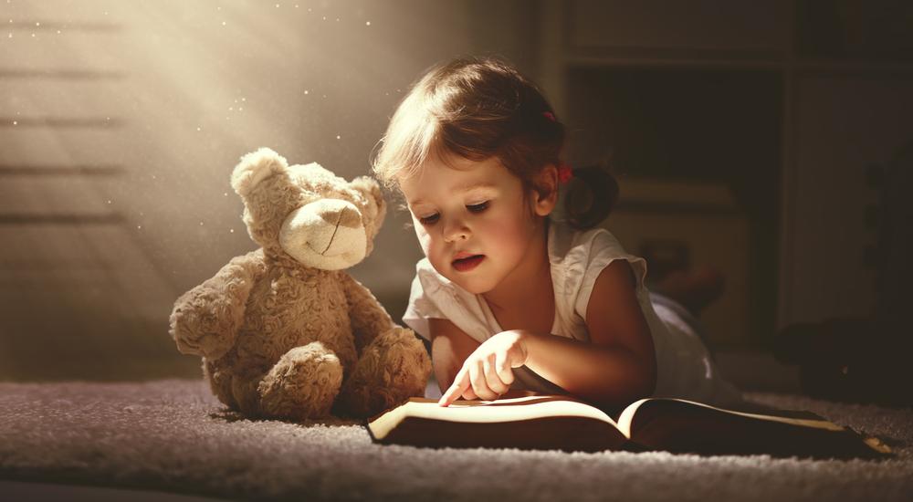 Diese eine Sache sorgt dafür, dass dein Kind besser Lesen lernt