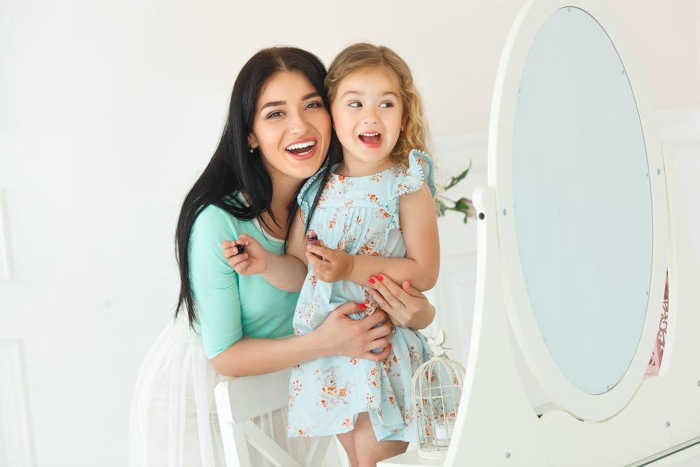 Vorsicht: So bringst du deiner Tochter unbewusst bei, ihren eigenen Körper abzulehnen