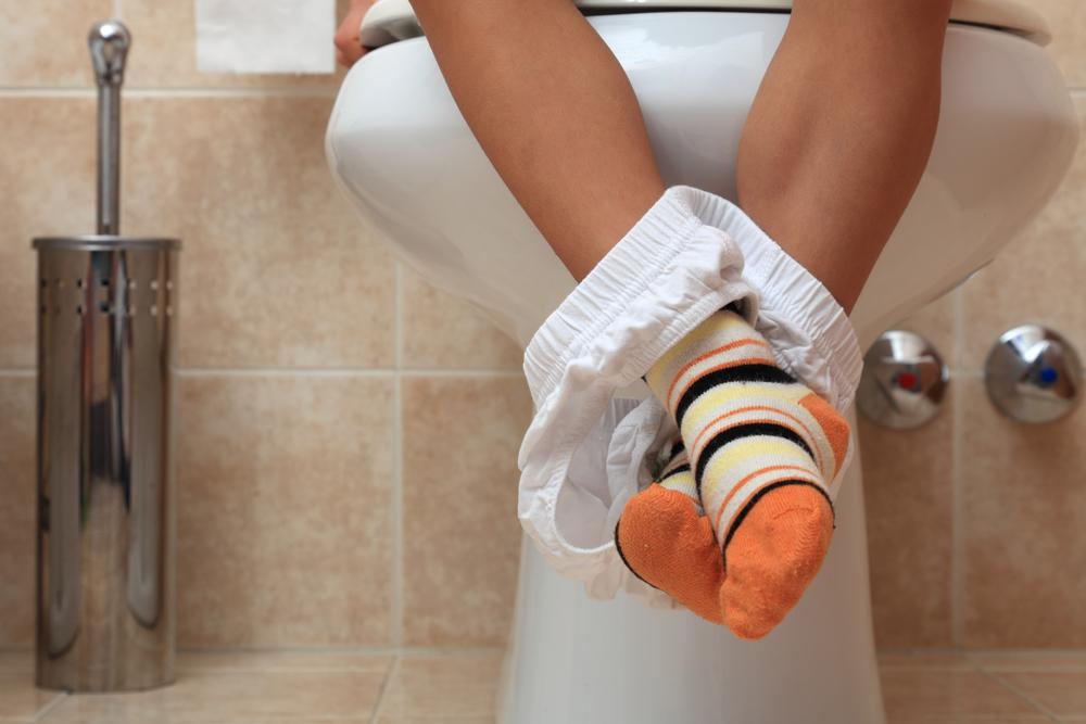 """""""Kleiner Scheißer"""": Was dieser Junge auf der Toilette von sich gibt, ist genial!"""