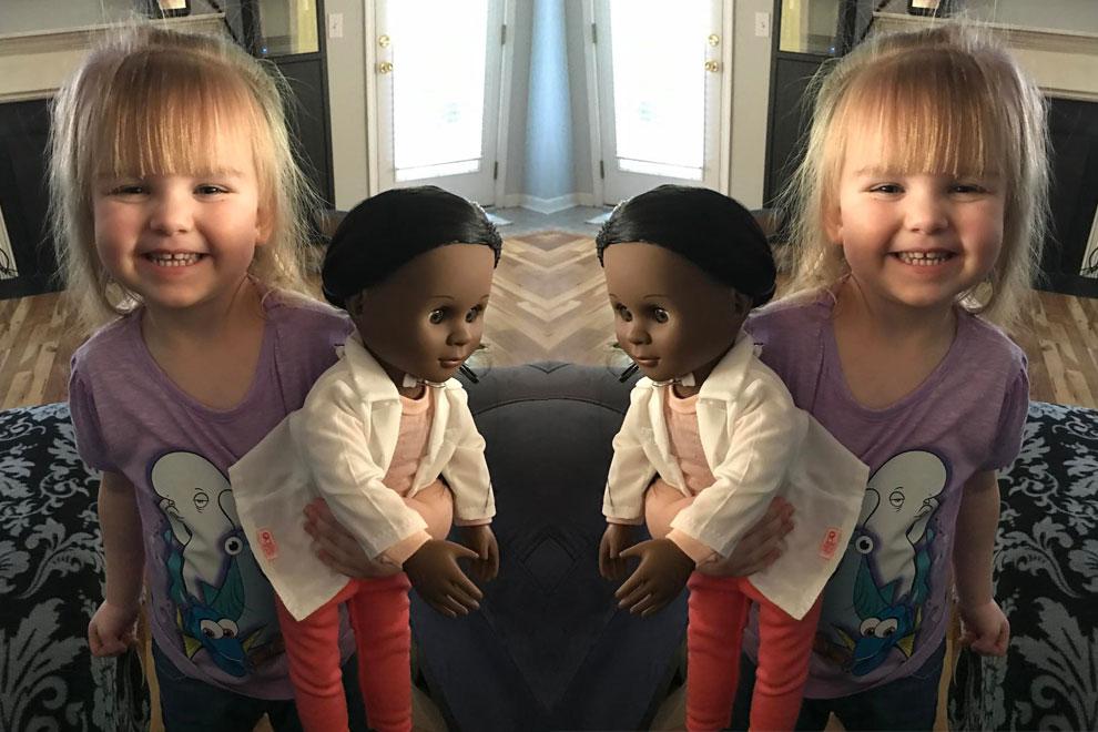 Wie diese kleine Heldin reagiert, als ihr eine Verkäuferin ihre Puppe ausreden will