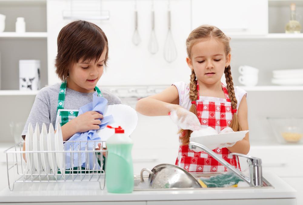 Weshalb du deinem Sohn mehr Haushaltsarbeiten geben solltest als deiner Tochter