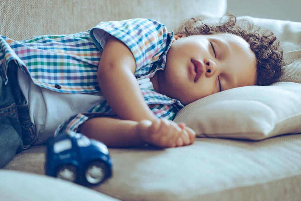 So beeinflusst Schlafmangel das Gehirn deines Kindes