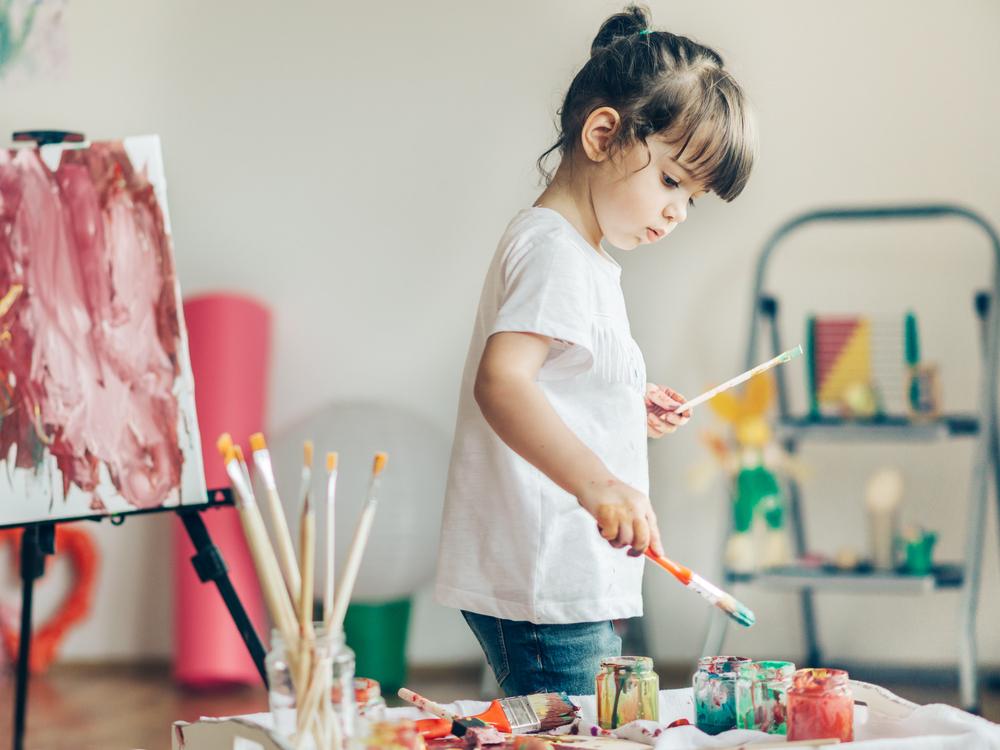 Das kannst du mit den Kunstwerken deiner Kinder machen