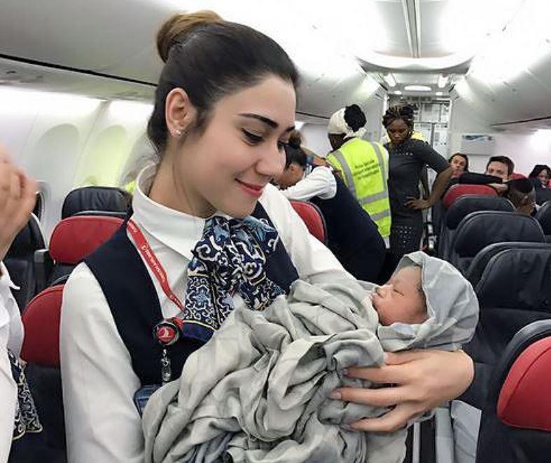 18-Jährige bringt Baby im Flugzeug zur Welt