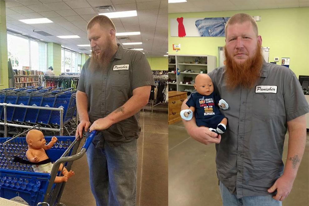 Die Geschichte hinter diesem tätowierten Riesen mit Puppe rührt uns zu Tränen