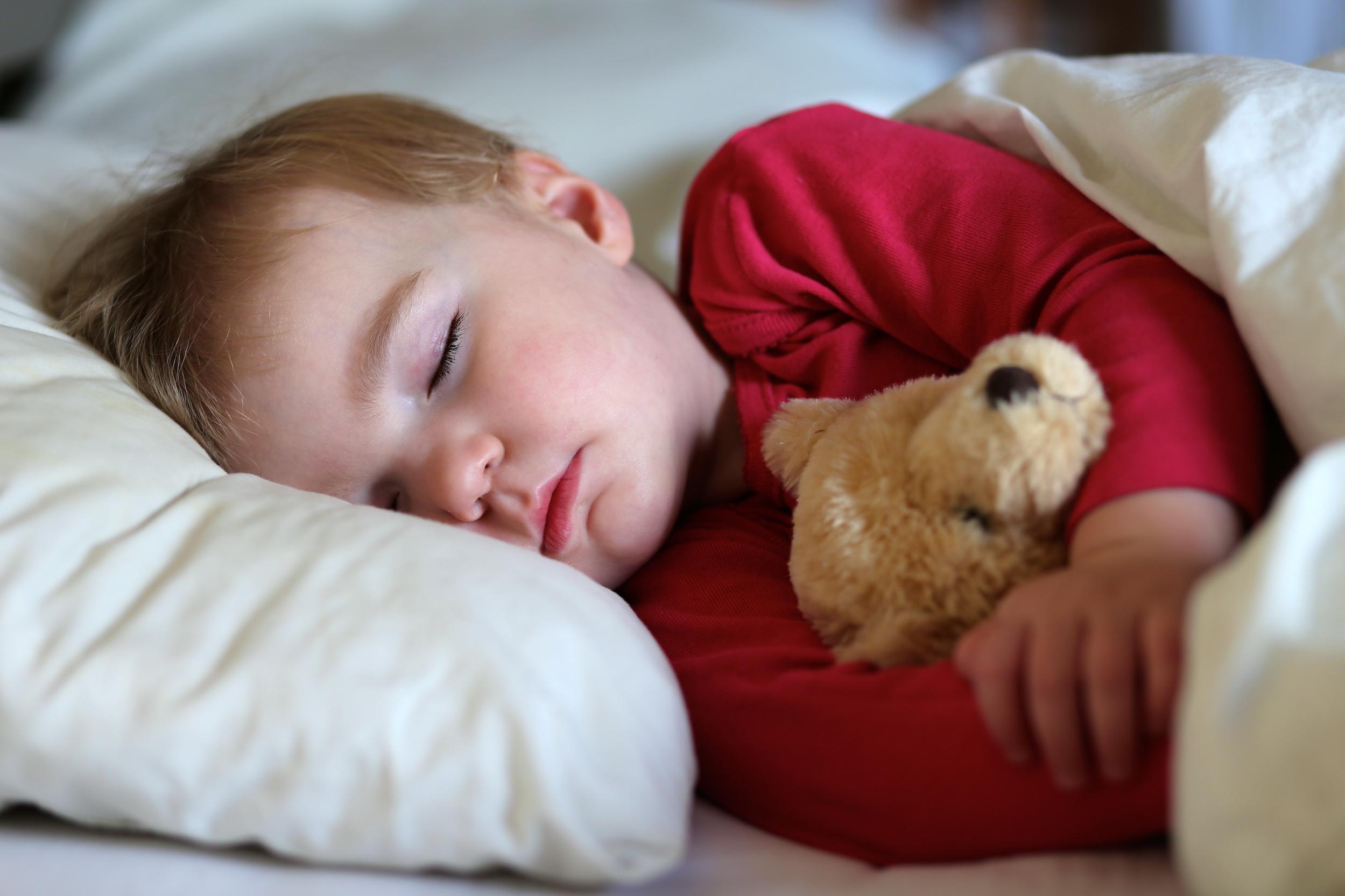 So bekommst du dein Kind dazu, im eigenen Bett zu schlafen