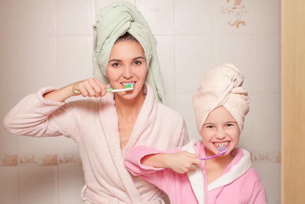 Das bringt es, dein Kind beim Zähneputzen zuschauen zu lassen