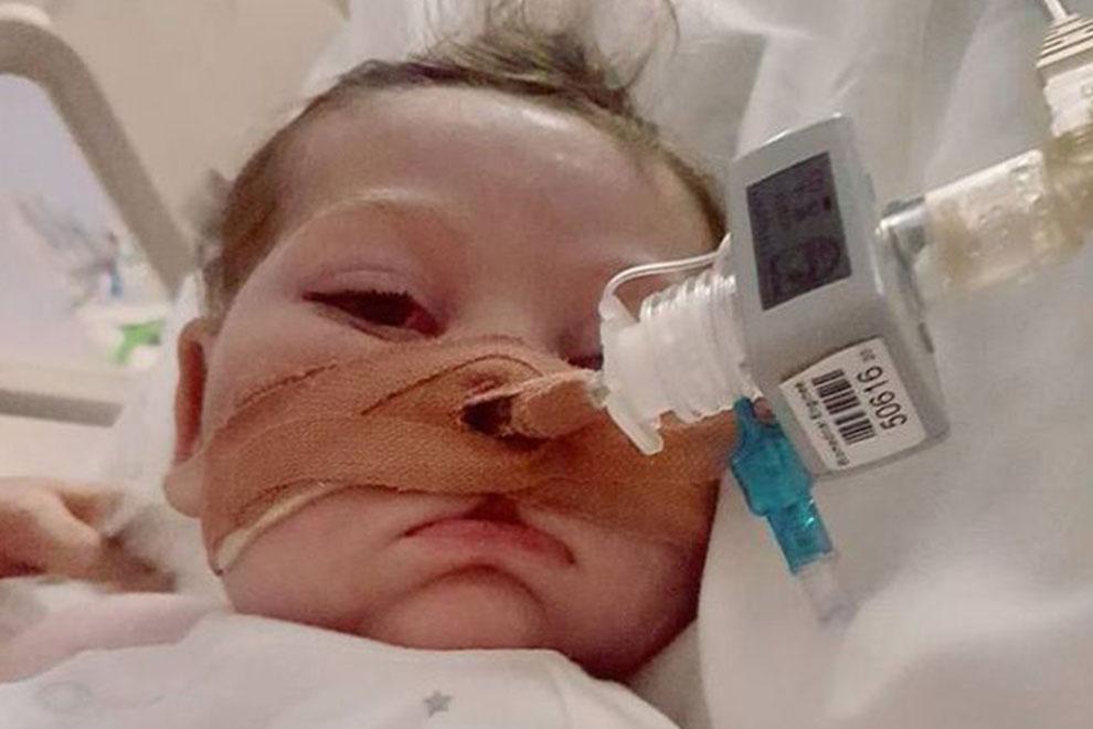 Gerichtsentscheidung vertagt: Der kleine Charlie darf noch bis Montag leben