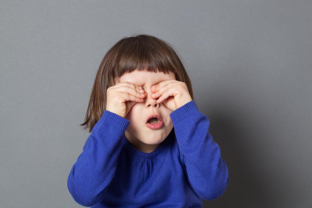 Ärzte entfernen Kleinkind Filzläuse aus den Wimpern