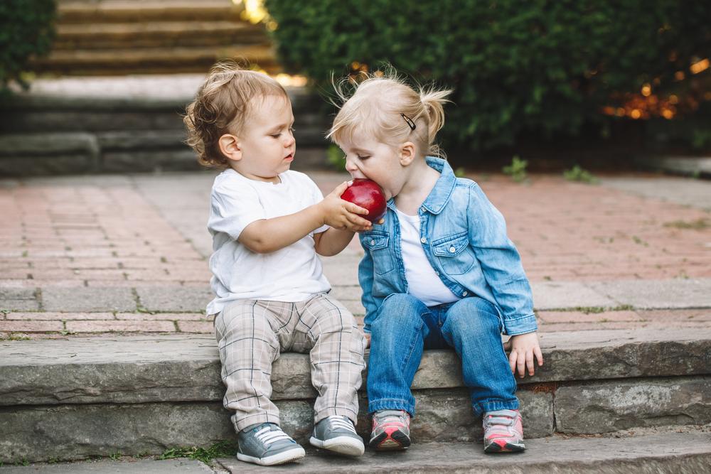 Kleine Kinder können Spielzeug noch nicht teilen
