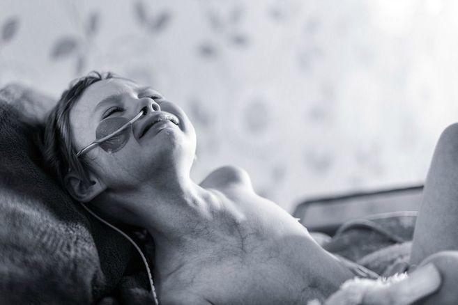 Warum ein Vater dieses Foto seiner sterbenden Tochter postet