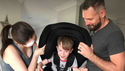 Diese Rettungssanitäter zeigen, worauf es beim Kindersitz ankommt