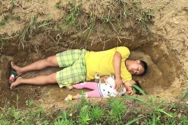 Hilferuf: Ein Vater lässt seine todkranke Tochter im Grab probeliegen