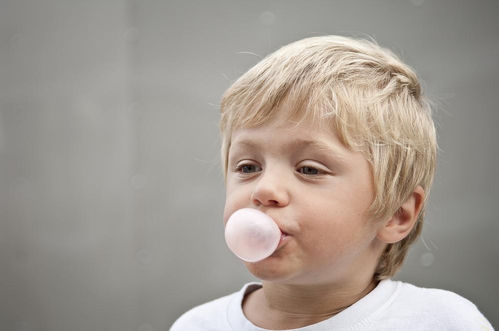 Wie gefährlich ist es, wenn mein Kind einen Kaugummi schluckt?