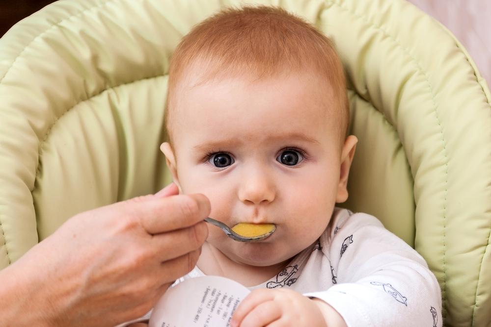 Achtung! Darum solltest du dein Baby nie mit einem Metalllöffel füttern