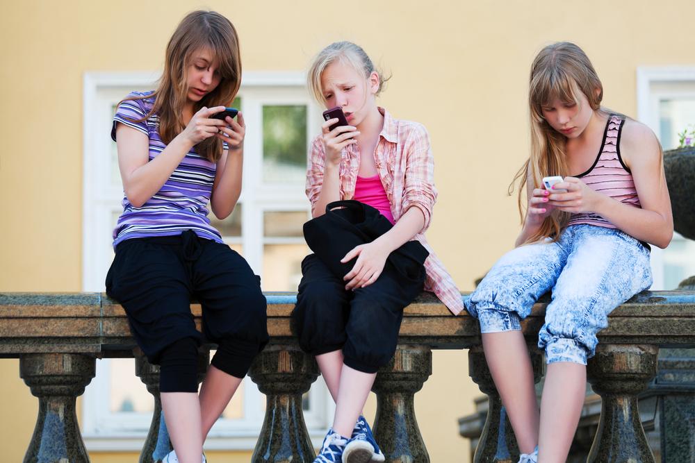 Teenager:  Diese 3 gefährlichen Trends sollten alle Eltern kennen