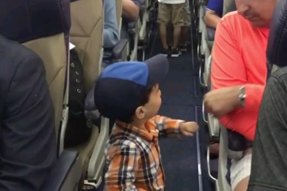"""Im Flugzeug: Deshalb begrüßt dieser kleine Knirps alle mit """"Ghettofaust"""""""