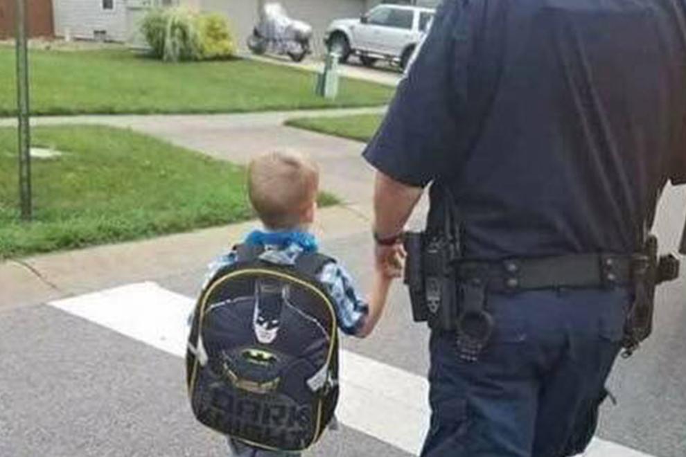 Polizist begleitet seinen Sohn das erste mal in die KITA und wird danach erschossen