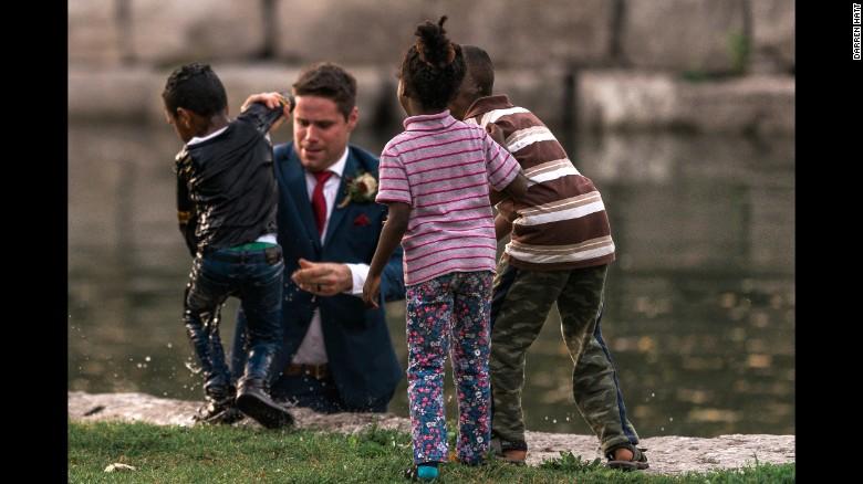 Während sie das Hochzeitsfoto schossen: Bräutigam rettet ertrinkendes Kind