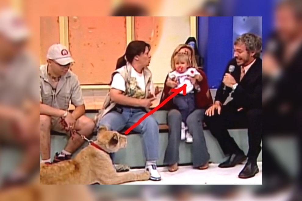 Unverantwortlich? Mutter grinst in TV-Kamera während ein Löwe ihr Kind anfällt