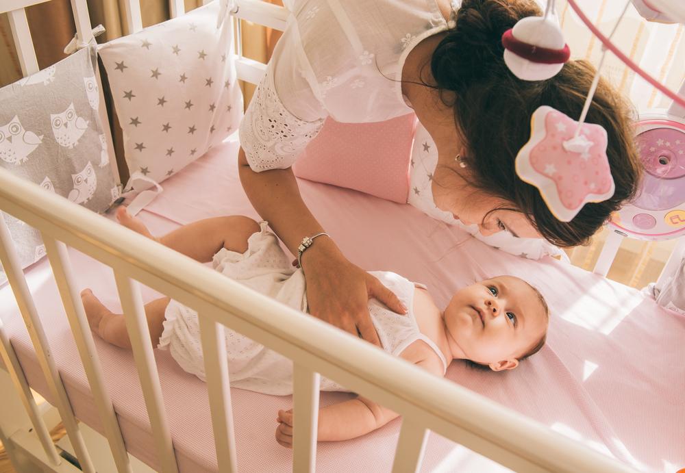 Einfache Regeln: Auf diese Dinge solltest du achten, damit dein Kind sicher schläft