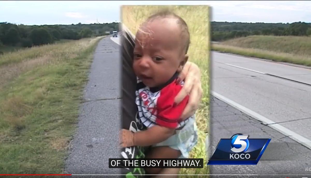 Mutter setzt Säugling bei 30 Grad auf der Autobahn aus
