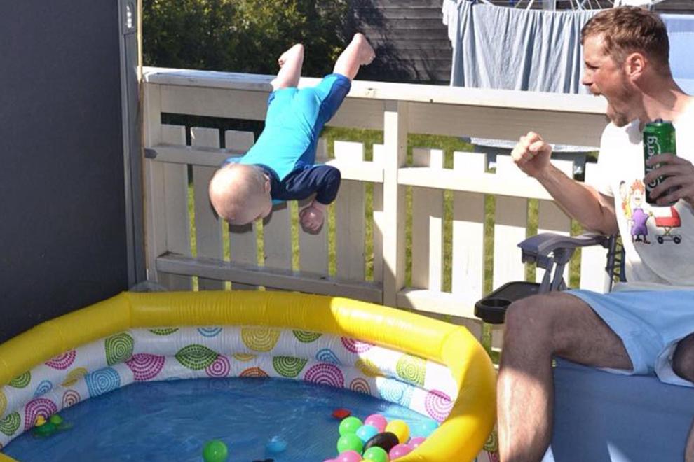 Was macht dieser Vater mit seinem Baby??