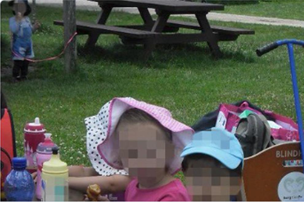 Betreuerinnen binden Zweijährigen mit Leine an Pfosten fest