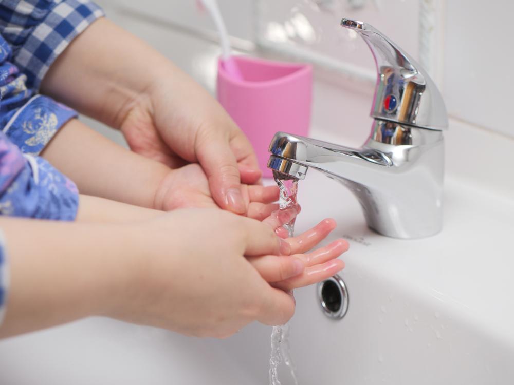 Keime: So geht richtiges Hände waschen mit Kindern