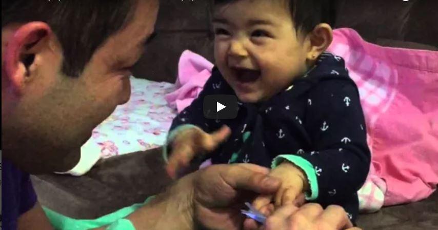 So frech: Dieses kleine Mädchen erschreckt ihren Papa absichtlich