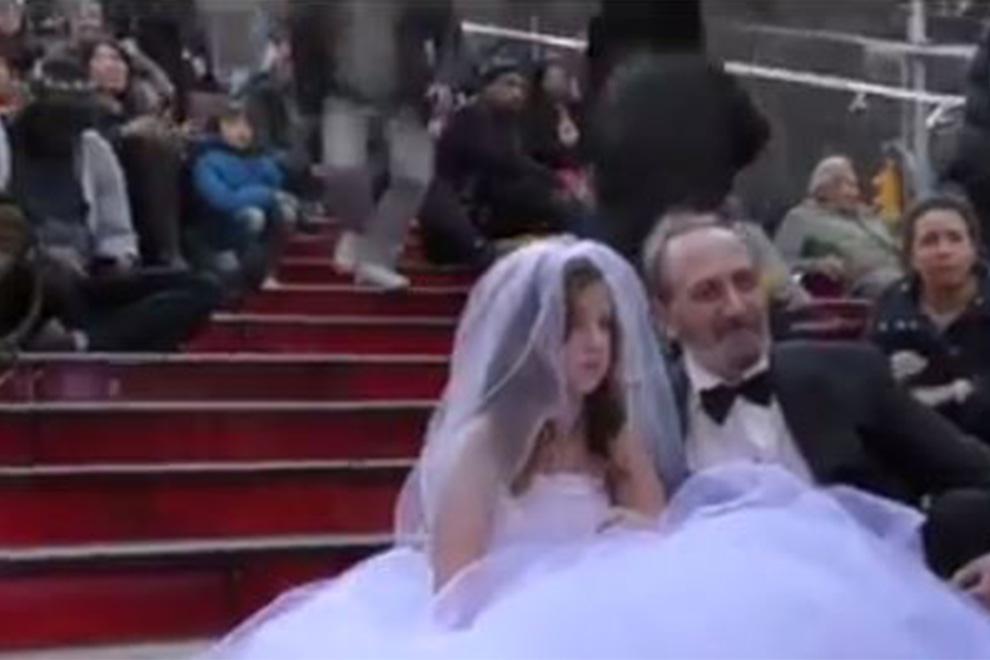 Unfassbares Video: 65-jähriger Mann heiratet 12-jähriges Mädchen