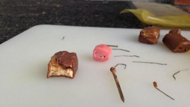 Horror: Nadel in Süßigkeiten versteckt