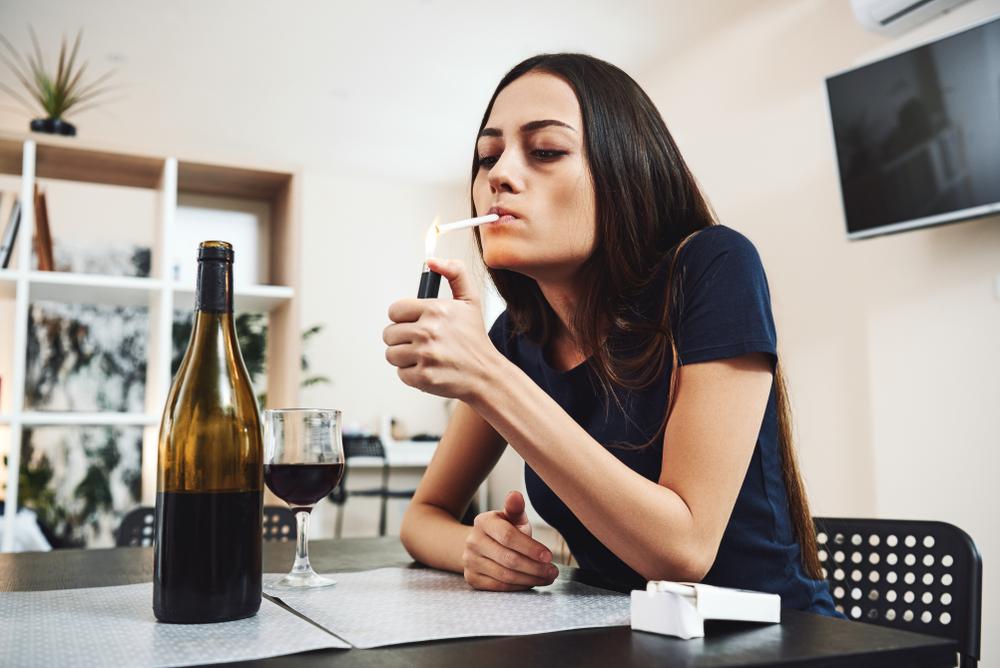 Mutter gibt Dreijähriger Alkohol und Zigaretten und filmt sie dabei