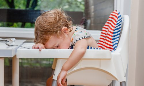 Die 10 Parallelen zwischen einem Kleinkind und Betrunkenen