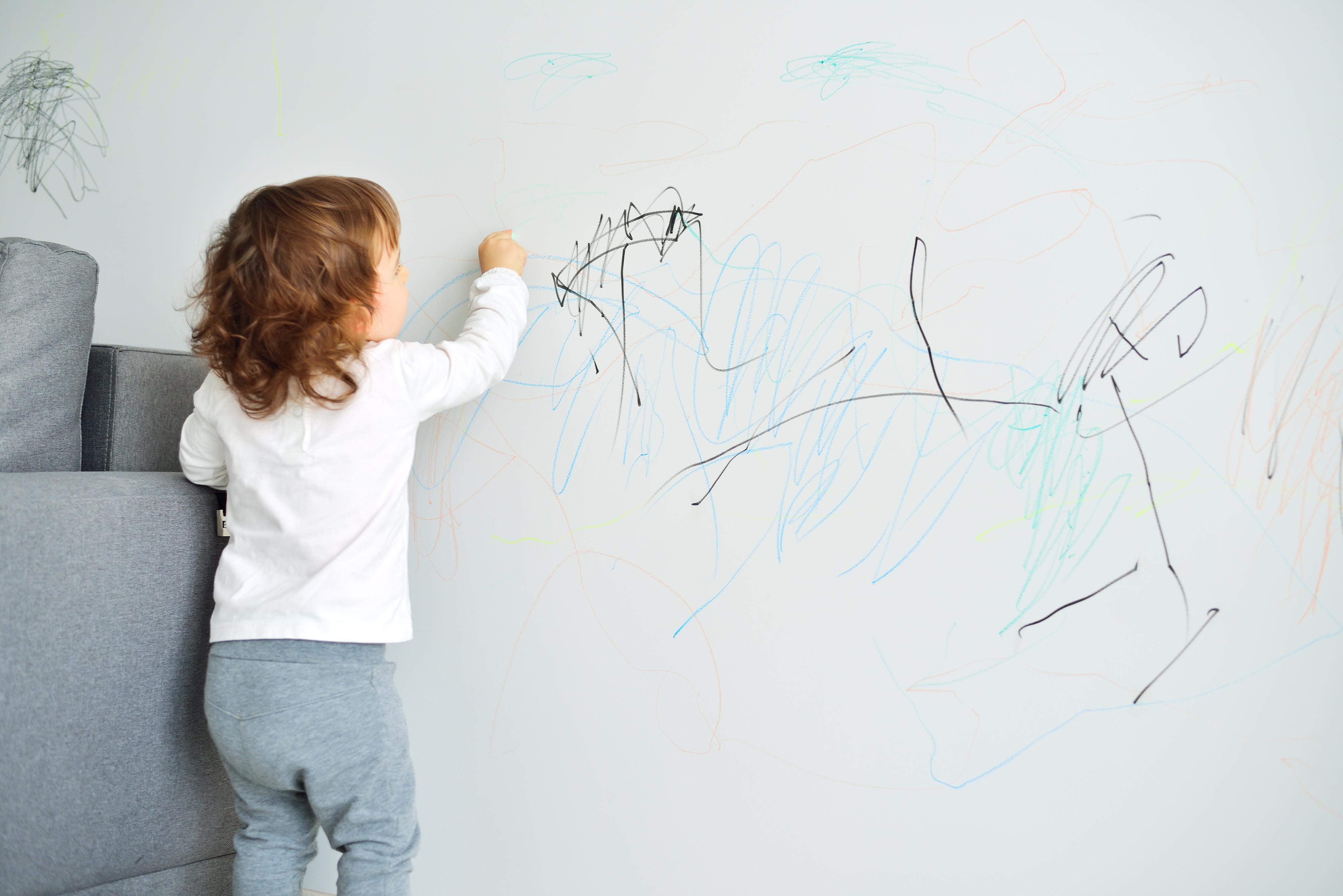 Dieser Trick hilft bei ungewollter Farbe an der Wand
