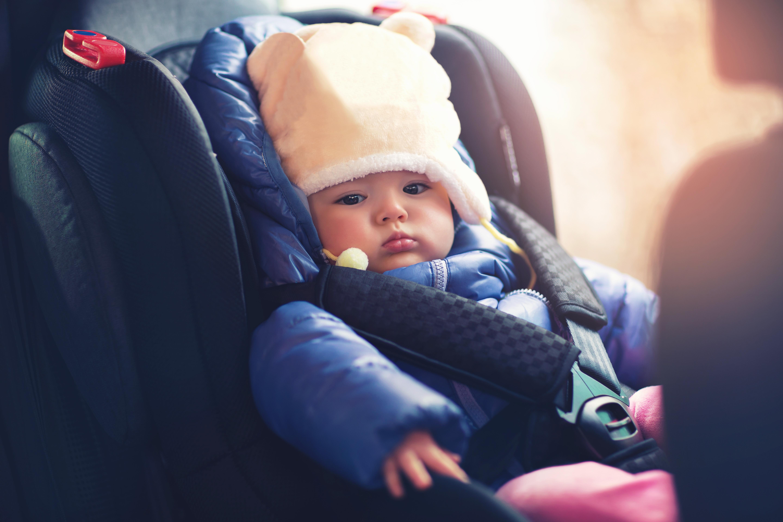 Darum solltest du dein Kind niemals mit Winterjacke in den Kindersitz setzen