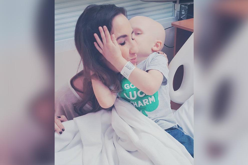 Kleiner Junge schenkt Mama ein letztes Geschenk bevor er stirbt