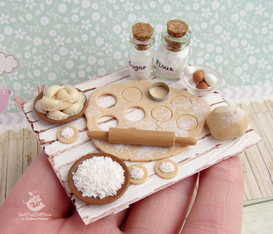 Diese Künstlerin bezaubert mit Mini-Kunst für Puppenhäuser
