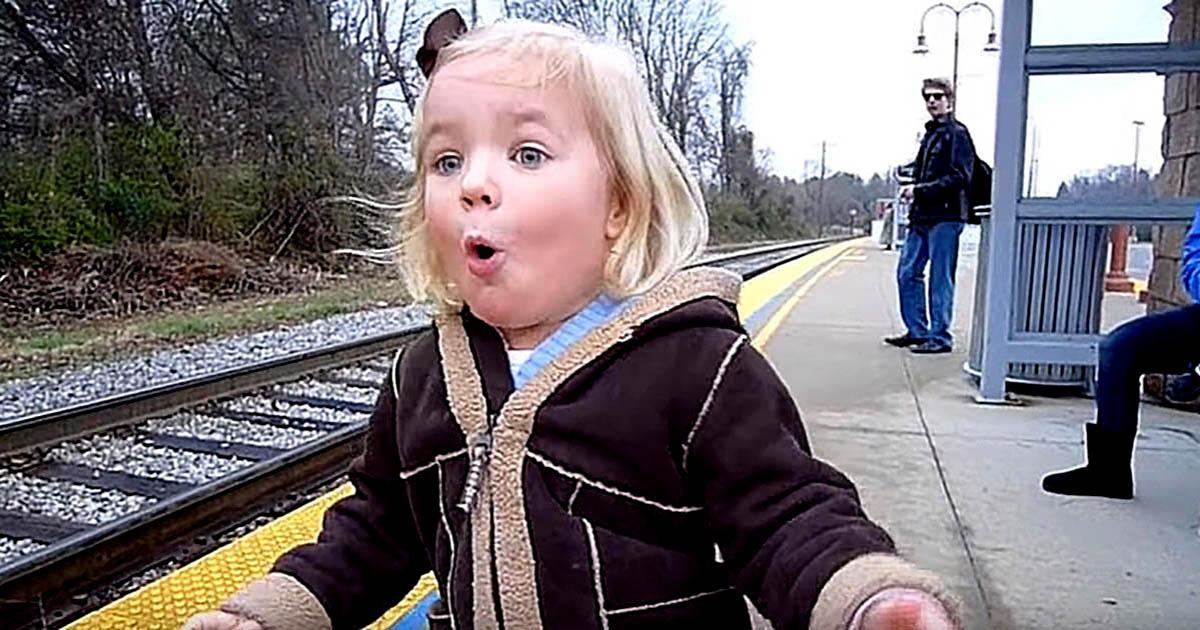 Pures Glück: Dieses Mädchen flippt wegen einem Zug total aus
