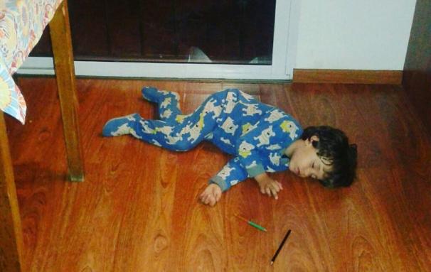 Warum dieser Junge am kalten Fußboden schläft