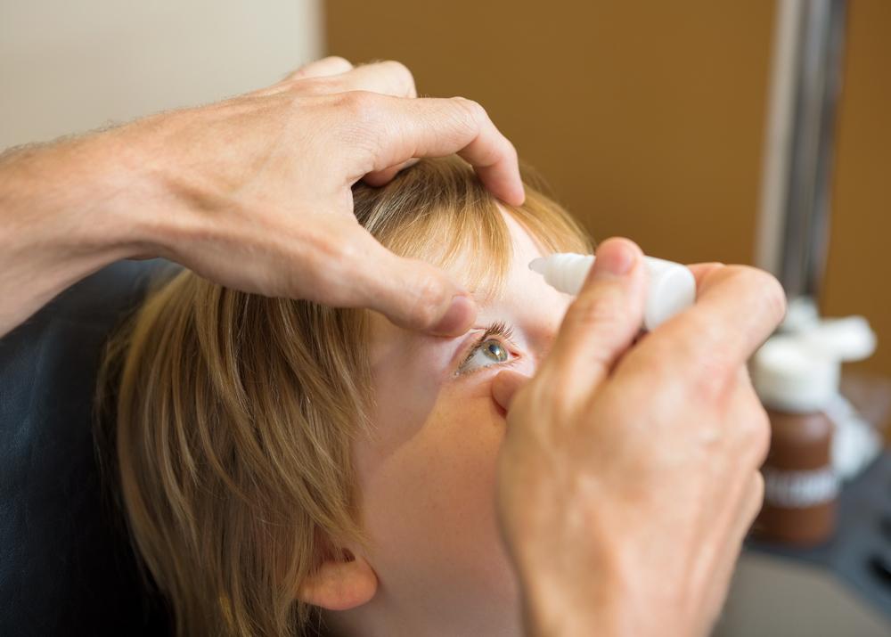 No more drama: Wie man Kindern richtig Augentropfen gibt