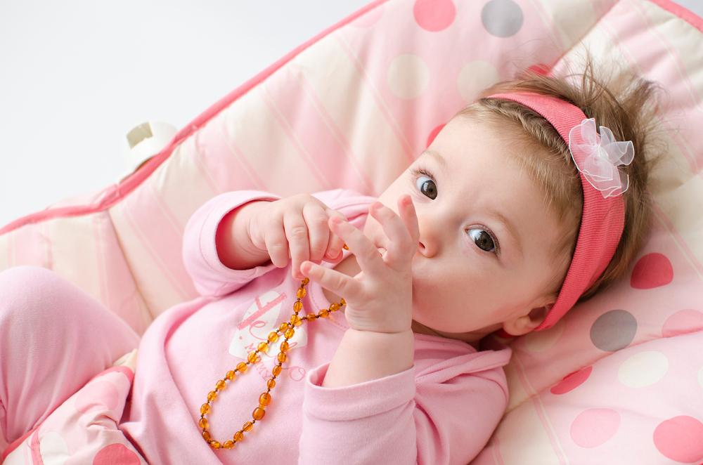 Warum man seinem Kind keine Bernsteinkette umhängen sollte