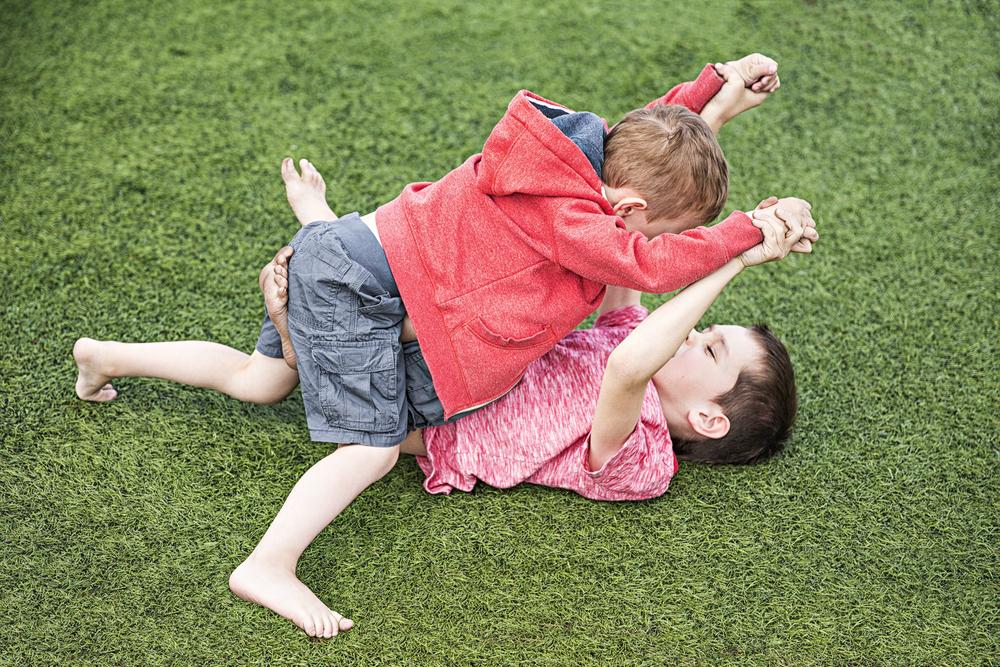 Zu Besuch mit Kindern: So sorgen Eltern für Harmonie