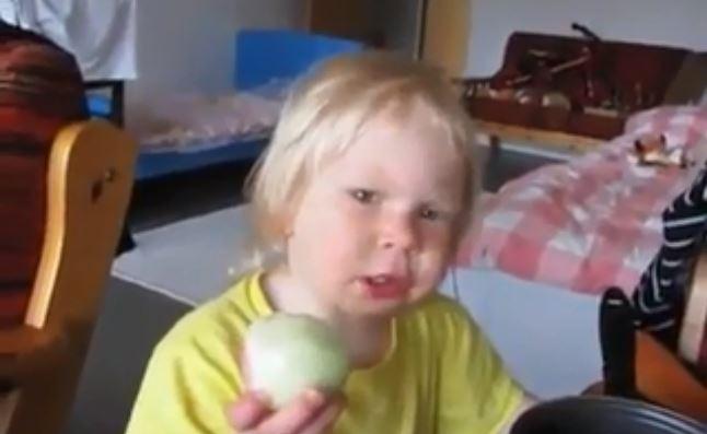"""""""Das ist ein Apfel"""": Dieses Kind futtert aus Sturheit eine rohe Zwiebel"""